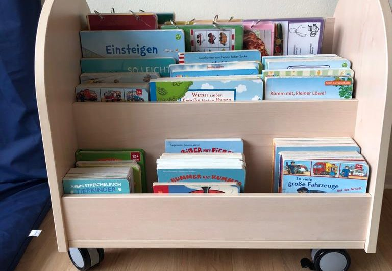 Bücherwagen für die Regenbogenkinder